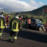 Tragico scontro tra due auto al bivio di Ottana, muore a 58 anni. Ferito un giovane