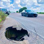 Si apre una voragine sulla strada di Prato Sardo, pericolo schivato dalle auto