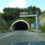 Auto si ribalta vicino alla galleria di Prato Sardo, un ferito e traffico in tilt