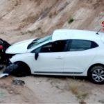 Auto finisce in un canale di bonifica dopo l'incidente: padre e figlio in ospedale