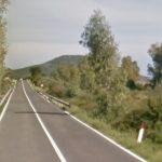 Vaga lungo la strada in stato confusionale, giovane soccorso a Posada