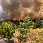 Pomeriggio di paura nel Nuorese, le fiamme vicino alle case